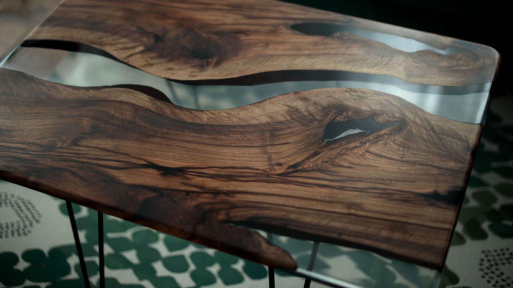 Table top pièces avec pieds en métal et résine epoxy - ABT Menuiserie Bordeaux